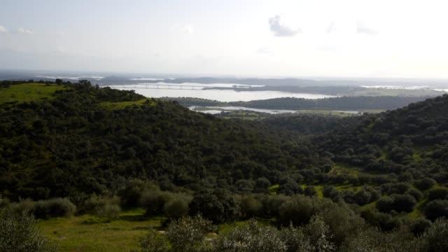 vídeos de stock e filmes b-roll de alqueva dam reservoir seen from mourao in alentejo, portugal - barragem portugal