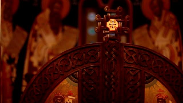 vídeos de stock, filmes e b-roll de altar da igreja - primeira comunhão