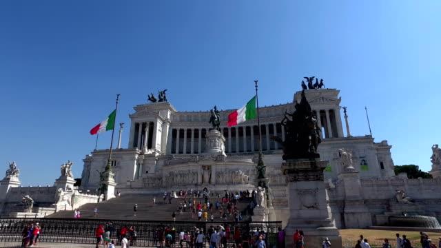 vídeos de stock e filmes b-roll de 4k: altare della patria monument in rome, driveby - stabilized shot
