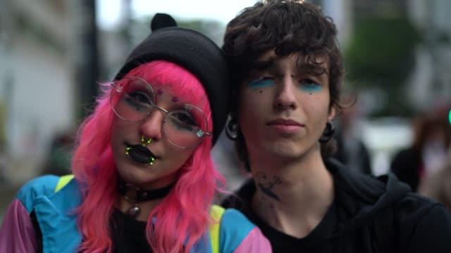 代替ライフ スタイルの若いカップルの肖像画 - オルタナティブカルチャー点の映像素材/bロール