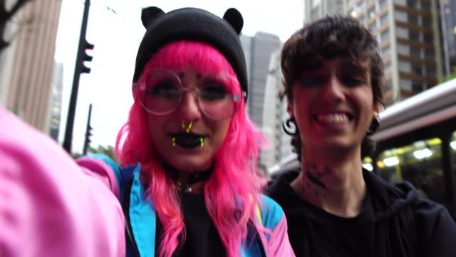 代替ライフ スタイルの若いカップル、selfie を取って - オルタナティブカルチャー点の映像素材/bロール