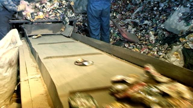 vídeos de stock e filmes b-roll de reciclagem de latas de alumínio a01 - triturar atividade