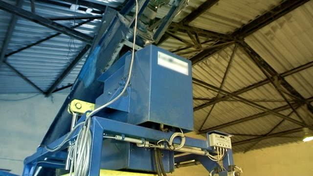 Aluminium recycling - briquette 05 press video