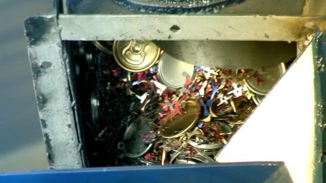 vídeos de stock e filmes b-roll de alumínio reciclagem-briquette 09 prima - triturar atividade