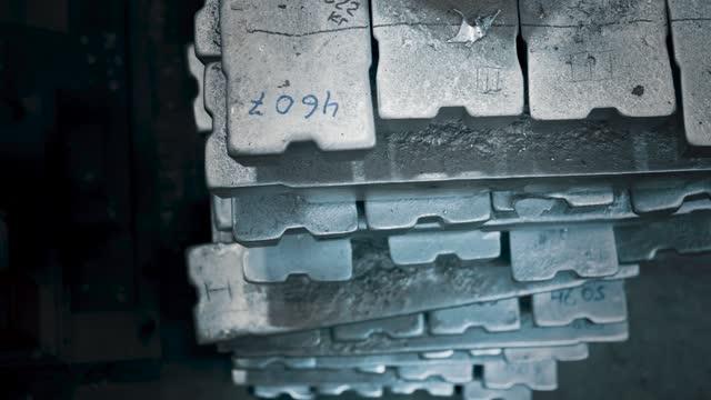 工場倉庫のアルミインゴット。トップビュー - 未加工点の映像素材/bロール