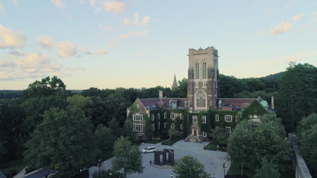 alumni memorial building in bethlehem - the city in pennsylvania, in appalachian mountains on the lehigh river. aerial drone video with the backward and descending camera motion. - university filmów i materiałów b-roll