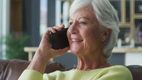 vídeos de stock e filmes b-roll de always happy to hear from you - a usar um telefone