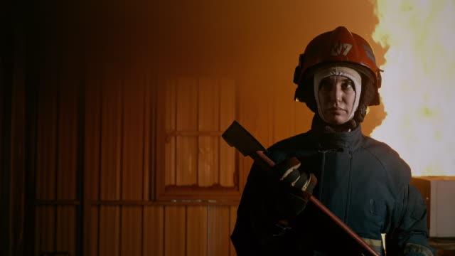 vídeos de stock, filmes e b-roll de eu sou uma bombeiro, para o resgate. - bombeiro