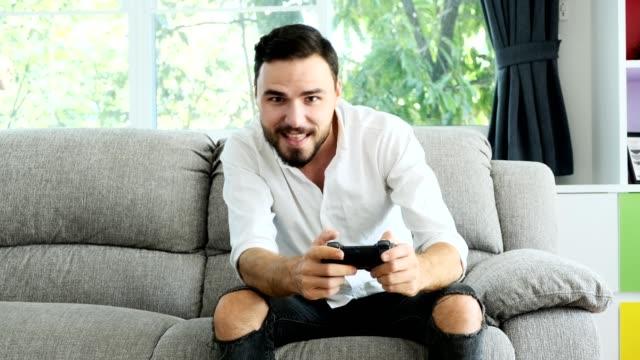 vídeos de stock e filmes b-roll de i am going to beat you now. - man joystick