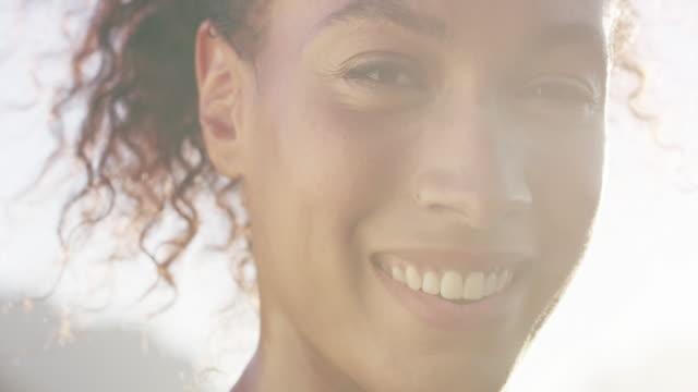 benim fitness rejimi ile çok mutluyum - çekici insanlar stok videoları ve detay görüntü çekimi