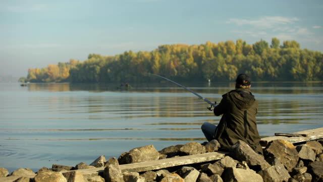 wędkarstwo amatorskie na brzegu rzeki, działalność rekreacyjna, wiejski wypad - żabnicokształtne filmów i materiałów b-roll