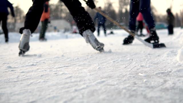 vídeos y material grabado en eventos de stock de juego de hockey amateur - charca