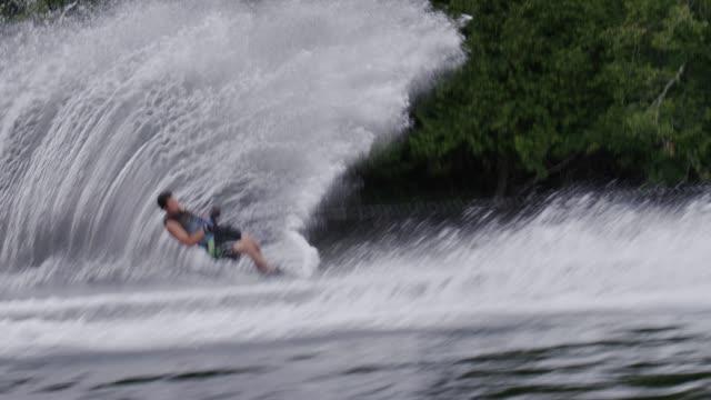 amatoriale adolescente slalom di sci nautico waterskier - lega sportiva amatoriale video stock e b–roll