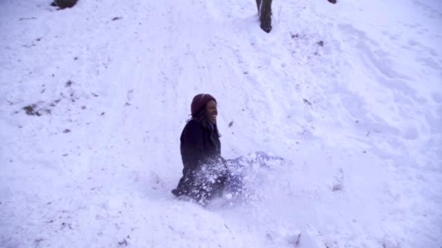 sport invernale amatoriale,tobogganing - scivolare video stock e b–roll