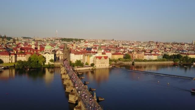 プラハ市上からカレル橋の素晴らしい空撮。 - チェコ共和国点の映像素材/bロール