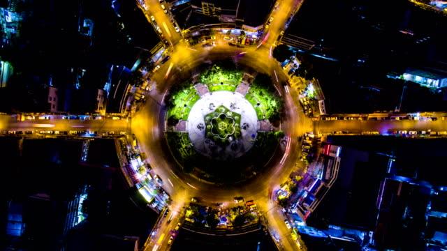 Prachtige kleurrijke nacht verkeer op cirkel, Overhead schot, luchtfoto Time Lapse Video video