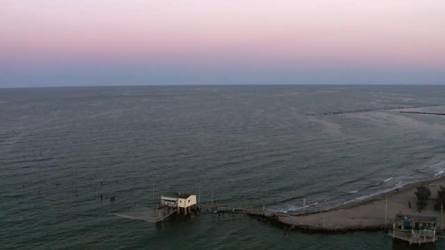 gün batımında tipik balıkçı kulübelerinin inanılmaz drone görünümü - ravenna stok videoları ve detay görüntü çekimi