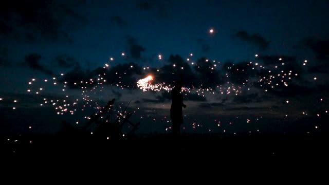 vídeos de stock, filmes e b-roll de espetáculo de fogo à noite. um incêndio de fiação do homem - estupefação