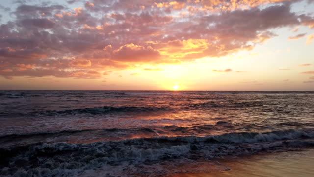 vídeos de stock e filmes b-roll de amazing golden hour sunset at shore - linha do horizonte sobre água