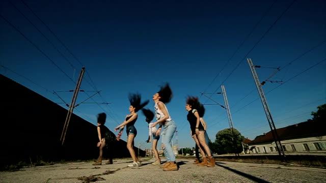 Increíble performance de hip-hop en estación de ferrocarril, sesión de dolly - vídeo