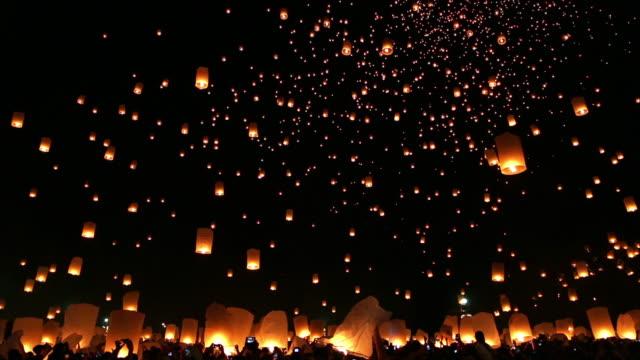 Asombroso festival de Loi Kra Tong Chiang mai en Tailandia - vídeo