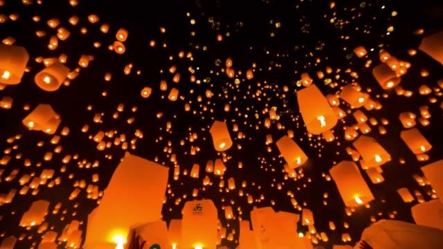 Increíble Loi Kra Tong festival en Tailandia - vídeo
