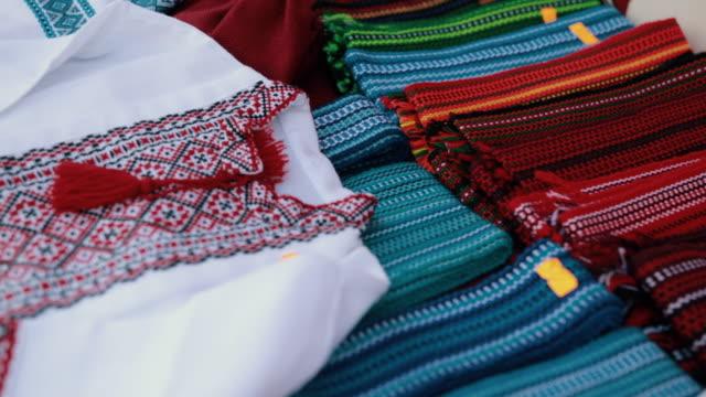 incredibile mercato in fiera tradizionalmente ucraina dove sono sellint vestiti - ucraina video stock e b–roll