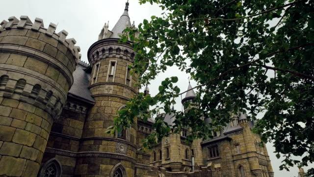stockvideo's en b-roll-footage met amazing middeleeuwse vesting in zomerdag, gaat camera vooruit door takken van bomen - middeleeuws