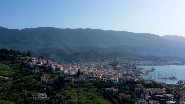 fantastisk panorama utsikt över porose grekland. solig dag på grekisk ö. antenn video 4k-film - poros greece bildbanksvideor och videomaterial från bakom kulisserna