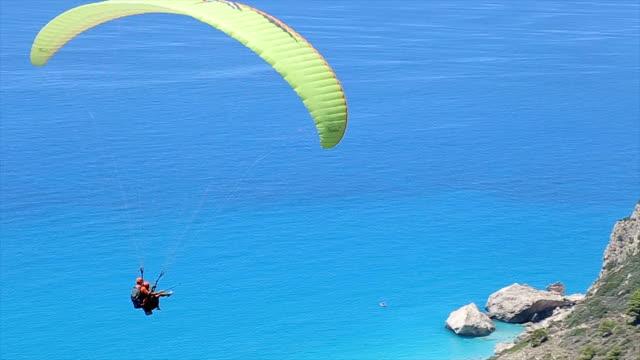 amazing paragliding flight - парапланеризм стоковые видео и кадры b-roll