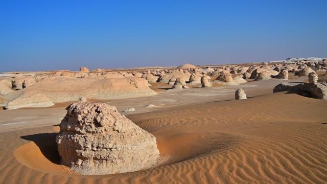 vídeos de stock, filmes e b-roll de incrível rock e duna de areia em branco deserto saara, egito - penedo