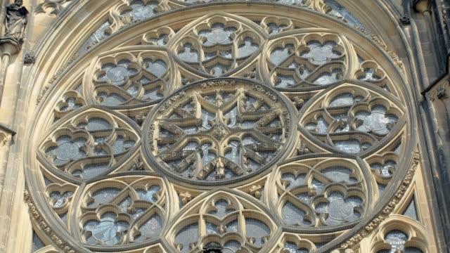 stockvideo's en b-roll-footage met amazing rose venster op de gotische kathedraal gebouw, close-up - raam bezoek