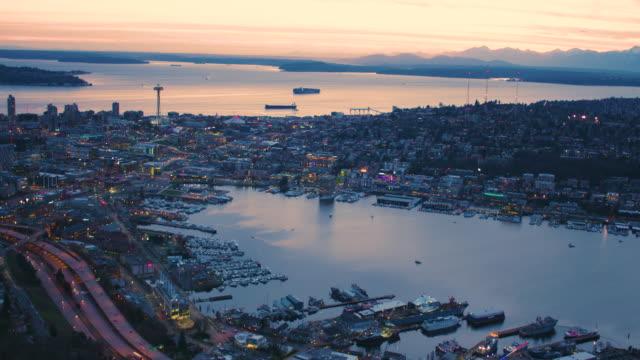 시애틀 워싱턴 미국 레이크 유니언 puget 사운드 영화 파노라마 뷰 스카이 라인 건축 해안 해안 산 후안 군도 올림픽 산 보기 총 놀라운 일몰 헬기 항공 - seattle 스톡 비디오 및 b-롤 화면