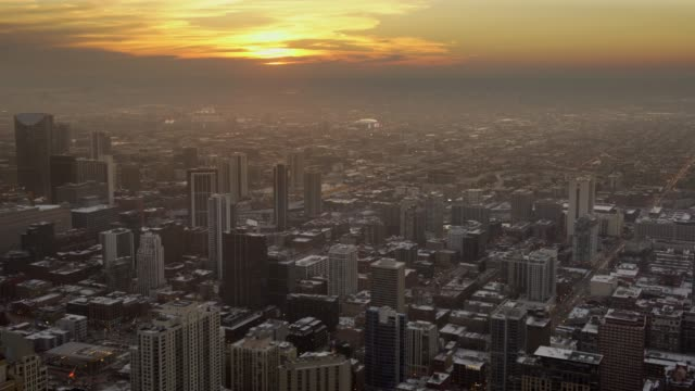 vídeos de stock, filmes e b-roll de pôr do sol maravilhoso sobre chicago de um arranha-céu - largo descrição geral