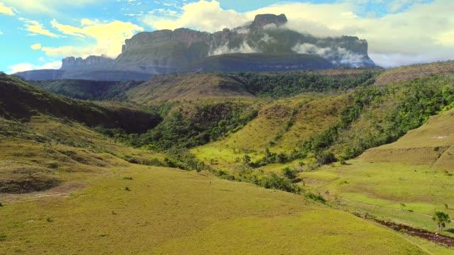 amazing tepuys view in canaima - spektakularny krajobraz filmów i materiałów b-roll