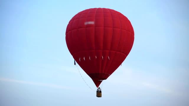 自由の空に飛んで美しい赤、熱気球の素晴らしい景色 - 籠点の映像素材/bロール