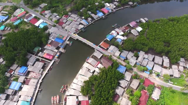 amazing view of coastal village with curved river, aerial video - графство дерри стоковые видео и кадры b-roll