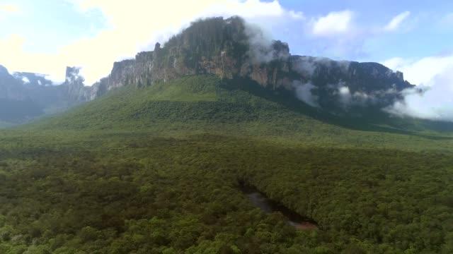 amazing view of the auyán-tepuy - spektakularny krajobraz filmów i materiałów b-roll