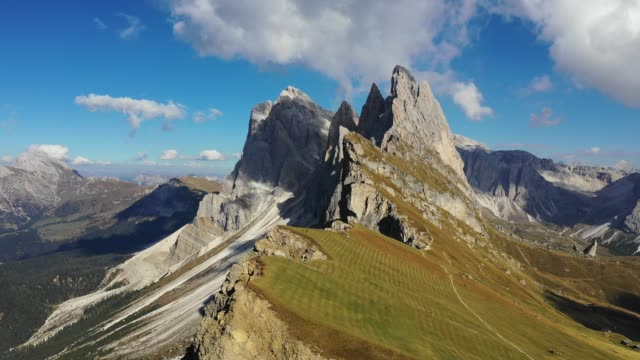 塞塞達峰的迷人景色。特倫蒂諾阿爾托阿迪格,多洛米蒂阿爾卑斯山,南蒂羅爾,義大利,歐洲。奧德山脈,瓦爾加登納。雄偉的富爾切塔在陽光下達到頂峰。多洛米蒂,義大利。 - 懸崖 個影片檔及 b 捲影像