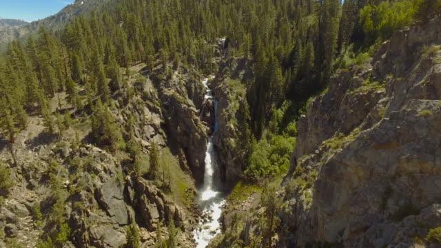 驚くほどの滝航空のオーバーヘッドのヘリコプターから撮影 - カリフォルニアシエラネバダ点の映像素材/bロール