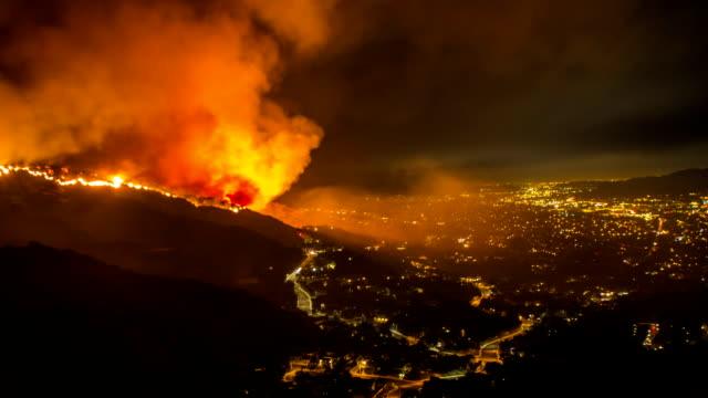 stockvideo's en b-roll-footage met geweldige wildvuur time-lapse boven de stad van burbank, ca - bosbrand