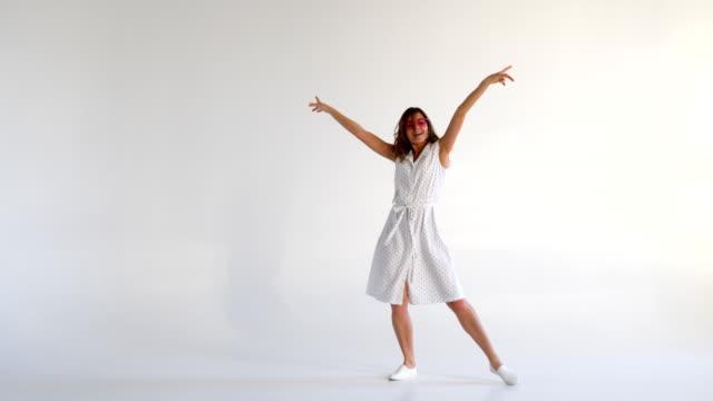 vídeos y material grabado en eventos de stock de increíble mujer riendo bailando y divirtiéndose - moda de verano