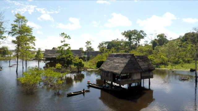 vídeos de stock, filmes e b-roll de vila amazônia e menina jovem no rio navio, amazônia peruana, peru - aldeia