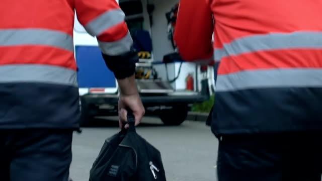 acele ve acil araba, hayat kurtarmak hazır almak ambulans ekibi - first responders stok videoları ve detay görüntü çekimi