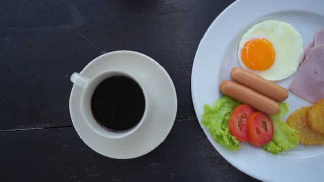 American breakfast with coffee on wooden table - vídeo