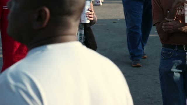 american tłum spaceru w kierunku kamery - otyły filmów i materiałów b-roll