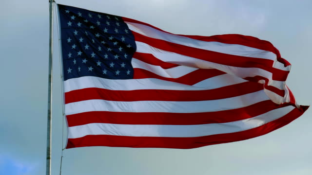 american flag and sky with cloudy clouds, fullhd video - battere le ali video stock e b–roll