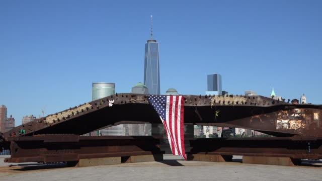 amerikanska flaggan på 9/11 memorial - minnesmärke bildbanksvideor och videomaterial från bakom kulisserna