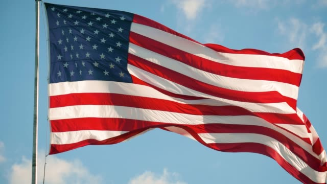 vídeos y material grabado en eventos de stock de bandera estadounidense ondea en el cielo con nubes, ee.uu. - independence day