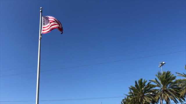 american flag in santa monica, ca - asta oggetto creato dall'uomo video stock e b–roll